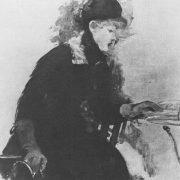 femme appuyee sur une table